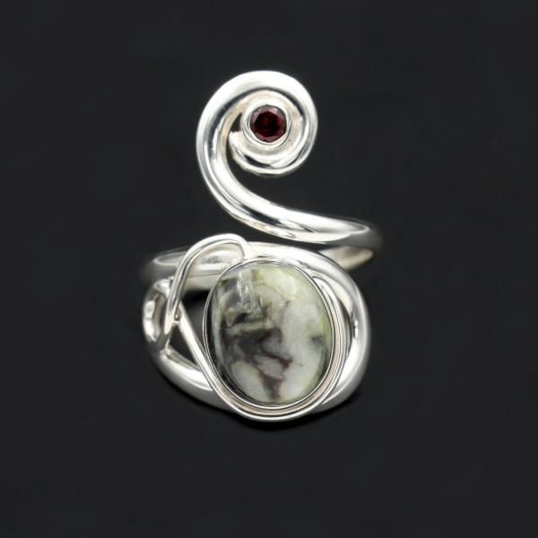 Schottischer Skye Marmor Keltischer Wirbel Ring mit Granat