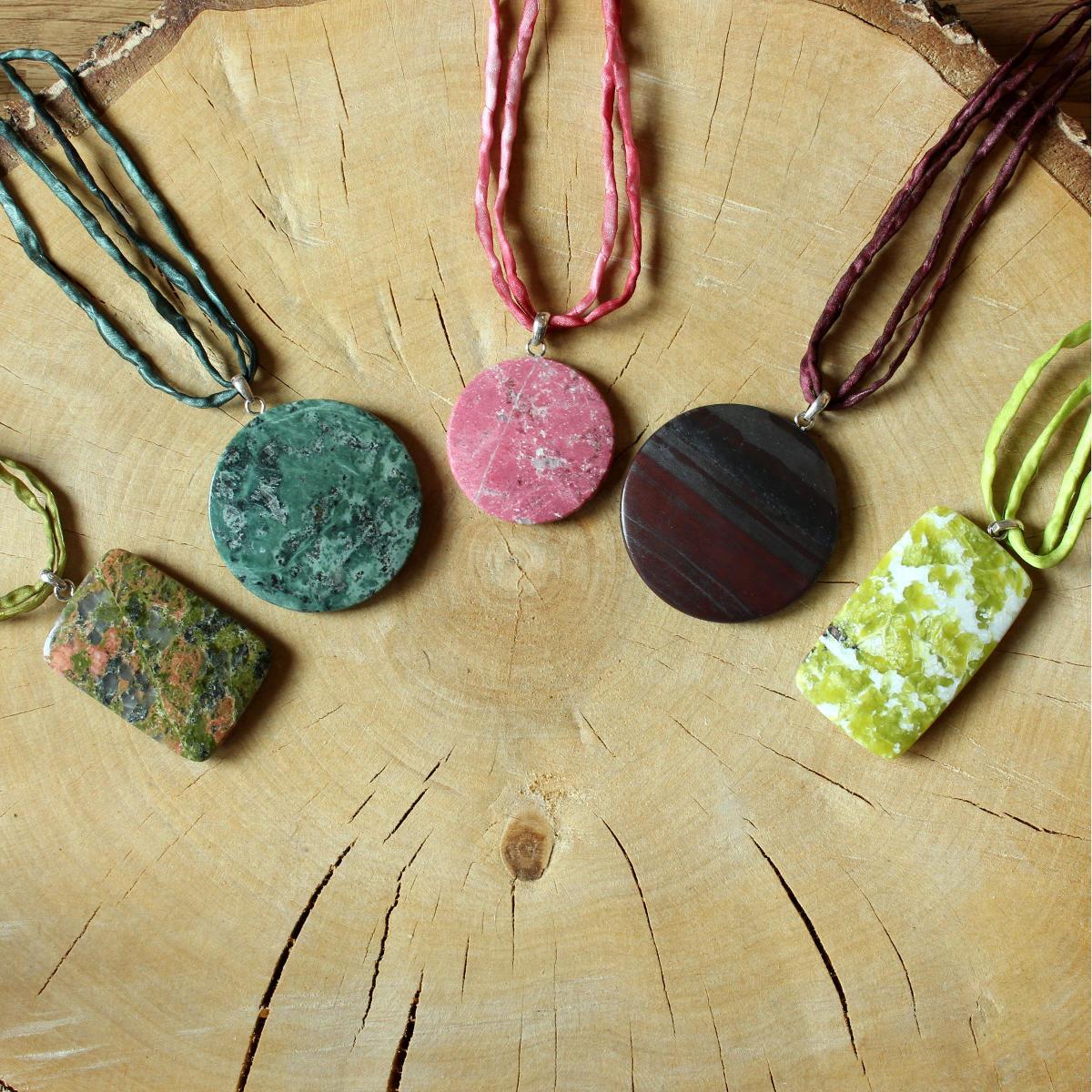 Anhänger aus verschiedenen Gesteinen und Mineralien