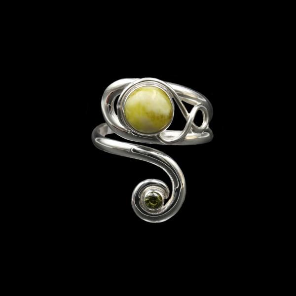 Keltischer Wirbel Ring Highland Marmor mit Peridot